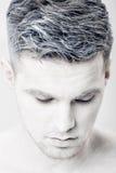 Portret młody człowiek z białą twarzy farbą Fachowy mody makeup Fantazi sztuki makeup Fotografia Royalty Free