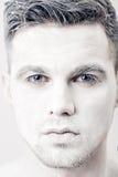 Portret młody człowiek z białą twarzy farbą Fachowy mody makeup Fantazi sztuki makeup Zdjęcia Royalty Free