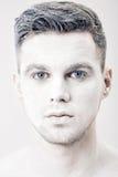 Portret młody człowiek z białą twarzy farbą Fachowy mody makeup Fantazi sztuki makeup Fotografia Stock