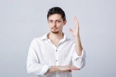 Portret młody człowiek z ciemnym włosy w białych koszulowych podwyżkach obrazy stock