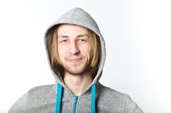 Portret młody człowiek z długim blondynem zdjęcia stock