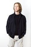 Portret młody człowiek z długim blondynem, czarna koszula, biały b fotografia stock