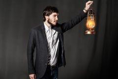 Portret młody człowiek z nafcianą lampą Zdjęcie Stock