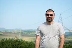 Portret młody człowiek Z okularami przeciwsłonecznymi zdjęcie stock