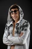 Portret młody człowiek z pływackimi gogle na czarnym backgroun zdjęcie stock
