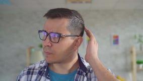 Portret młody człowiek z szarym włosy zbiory wideo