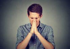 Portret młody desperacki mężczyzna modlenie obraz stock