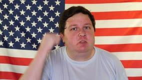 Portret młody gniewny mężczyzna na tle usa flaga zdjęcie wideo