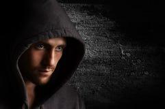 Portret młody gniewny mężczyzna w kapiszonie obraz royalty free