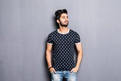 Portret młody indyjski mężczyzna odizolowywający na szarym tle zdjęcie royalty free