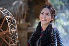 Portret młody Karen wonen uśmiecha się w lasowym miejscowym Thailand obraz royalty free