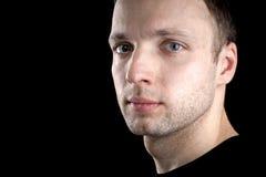 Portret młody Kaukaski mężczyzna na czerni Zdjęcie Stock
