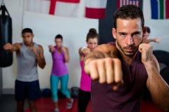 Portret młody męski ćwiczy boksować przeciw flaga Zdjęcia Royalty Free