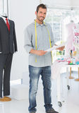 Portret młody męski projektanta mody mienia nakreślenie Fotografia Stock