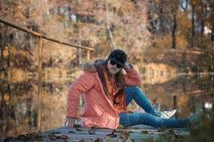 Portret młody modnisia mężczyzna w baseball nakrętce czarnych szkłach w jesień parku i obraz stock