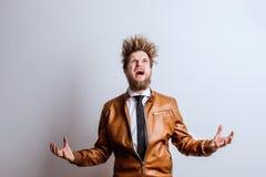 Portret młody modnisia mężczyzna w studiu, krzyczy kosmos kopii Obrazy Stock