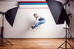 Portret młody modnisia mężczyzna w studiu, skacze kosmos kopii Zdjęcia Royalty Free