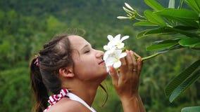 Portret młody piękno kobiety macanie i obwąchanie odór frangipani kwitnie w górach swobodny ruch zbiory