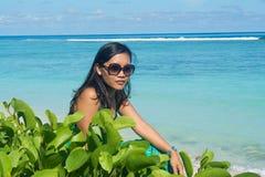 Portret młody piękny azjatykci dziewczyny obsiadanie na tropikalnej plaży Fotografia Stock