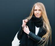 Portret młody piękny blondynki dziewczyny nex czernić tło Wiosna, potomstwa, piękno plenerowy kolor ciepła Fotografia Stock