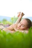 Portret młody piękny kobiety lying on the beach w trawie Fotografia Stock