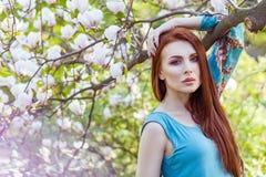 Portret młody piękny moda model blisko magnoliowego kwiatu Zdjęcie Stock