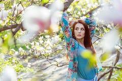 Portret młody piękny moda model blisko magnoliowego kwiatu Obraz Stock