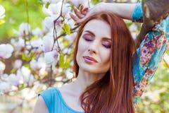Portret młody piękny moda model blisko magnoliowego kwiatu Zdjęcia Stock