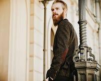 Portret młody piękny modny mężczyzna zdjęcie royalty free