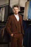 Portret młody piękny modny mężczyzna przeciw sala wystawowej, próbujący na ubraniach, pozuje Reklamowa fotografia Obrazy Stock