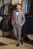 Portret młody piękny modny mężczyzna przeciw sala wystawowej, próbujący na ubraniach, pozuje Reklamowa fotografia Fotografia Royalty Free