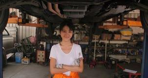 Portret młody piękny samochodowy mechanik w samochodowym warsztacie zbiory