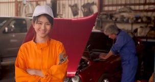 Portret młody piękny samochodowy mechanik w samochodowym warsztacie zbiory wideo