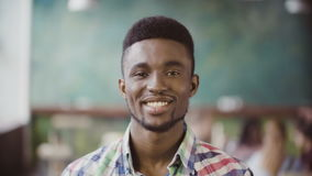 Portret młody pomyślny Afrykański biznesmen przy ruchliwie biurem Przystojny męski patrzeje kamery i początku ono uśmiecha się Obrazy Royalty Free