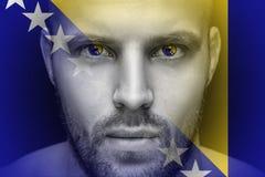Portret młody poważny mężczyzna, w czyj oczach odbija flaga państowowa fotografia royalty free