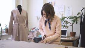 Portret młody projektant mody który pracuje w jej studiu, zbiory wideo