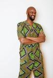 Portret młody przystojny afrykański mężczyzna być ubranym jaskrawy - zielony krajowy kostiumowy uśmiecha się gestykulować Zdjęcia Royalty Free