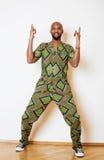 Portret młody przystojny afrykański mężczyzna być ubranym jaskrawy - zielony krajowy kostiumowy uśmiecha się gestykulować Obrazy Royalty Free