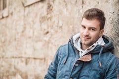 Portret młody przystojny mężczyzna patrzeje, plenerowy, outside obrazy royalty free