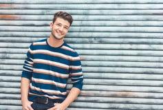 Portret młody rozochocony mężczyzna ono uśmiecha się, uradowany facet zdjęcie royalty free