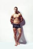Portret młody seksowny mięśniowy mężczyzna Obrazy Royalty Free