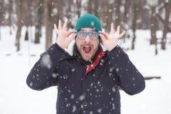 Portret młody szalony mężczyzna na śnieżnym dniu Rozochocony, śmieszny, komiczka zdjęcia stock
