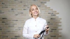 Portret młody szczęśliwy kobiety lekarki kładzenia fonendoskop na szyi uśmiecha się pełny życie Przygotowywający Pomagać 4K zbiory