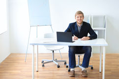 Portret młody szczęśliwy uśmiechnięty biznesowy mężczyzna z laptopem zdjęcia royalty free