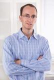 Portret młody uśmiechnięty biznesowy mężczyzna w błękitnej koszula. zdjęcie stock