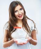 Portret młody uśmiechnięty kobieta chwyta białego papieru statek Kobieta m Obrazy Royalty Free