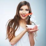Portret młody uśmiechnięty kobieta chwyta białego papieru statek Kobieta m Fotografia Royalty Free