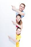 Portret młody uśmiechnięty rodzinny wskazywać fotografia stock