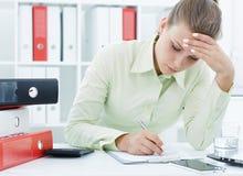 Portret młody zmęczony bizneswoman pracuje z dokumentami na biurka zakończeniu obraz stock
