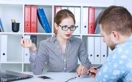 Portret młodzi mądrze partnery biznesowi komunikuje przy spotkaniem zdjęcia stock